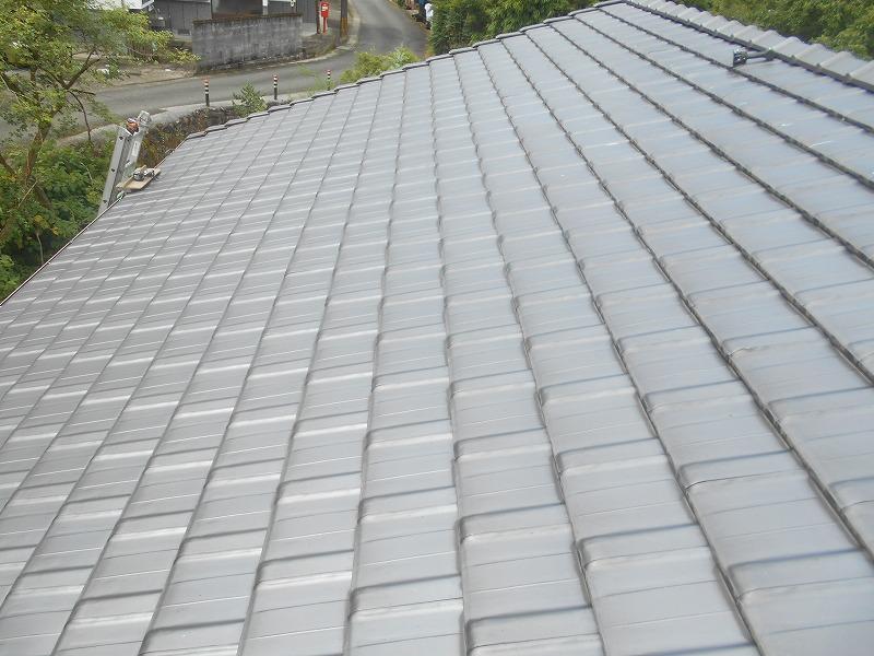 平板瓦の屋根に長州産業の太陽光発電を取り付けます。