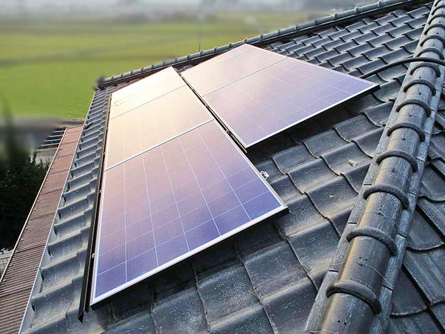 嘉麻市の甲斐様邸にて太陽光発電システムの太陽電池モジュール設置