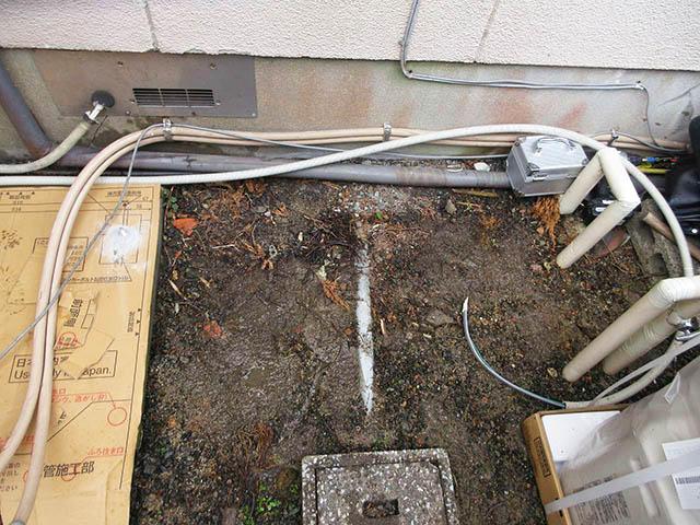 嘉麻市の甲斐様邸で日立のエコキュート設置前の旧電気温温水器設置跡