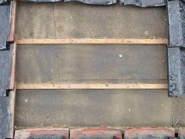 嘉麻市の甲斐様邸にて太陽光発電システムの太陽電池モジュールのアンカー金具取付前の瓦を外した状態