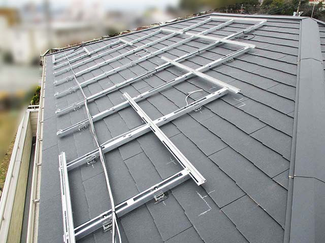 久留米市の山下様邸にて太陽電池モジュールの架台フレーム設置と電気配線