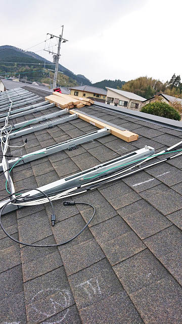 日南市 I様邸 太陽電池モジュール用架台フレームと電気配線