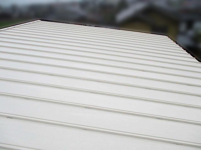 筑後市のK様邸で太陽光発電の設置工事しました。設置前の金属瓦棒縦葺き屋根です。