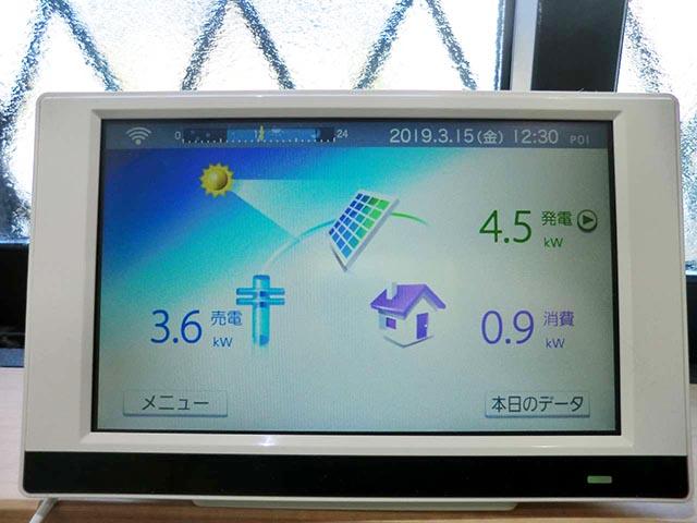 筑後市のT様邸にて太陽光発電システムの設置工事をしました。カラーモニター設置写真です。