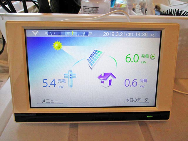 筑後市のK様邸で太陽光発電の設置工事しました。カラーモニターの設置です。ワイヤレスなのでどこにでも設置ができます。