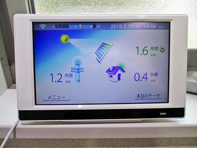 北九州市のM様邸にて長州産業の太陽光発電システム設置工事をしました。カラーモニター設置写真です。