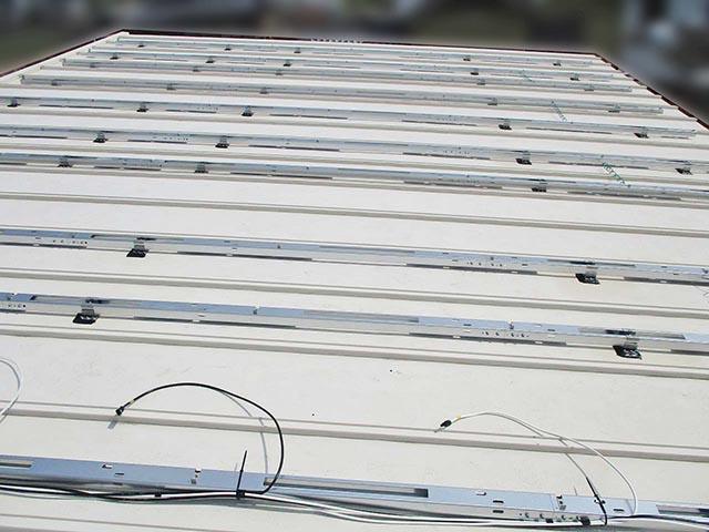 筑後市のK様邸で太陽光発電の設置工事しました。屋根に架台を設置しています