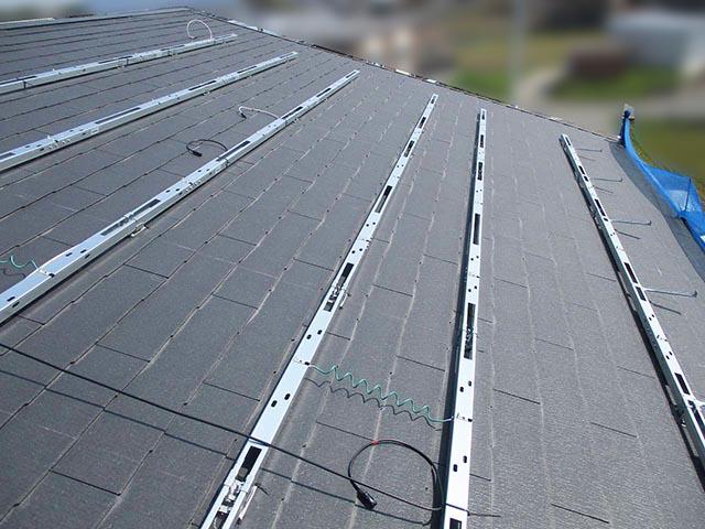 筑後市のT様邸にて太陽光発電システムの設置工事をしました。架台設置中の写真です。