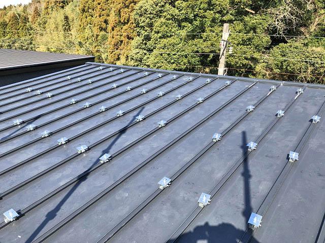 金属瓦棒の屋根に太陽光発電設置工事します