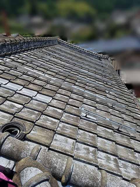 東彼杵郡のY様邸にて、太陽電池モジュールのせる架台を取り付けます