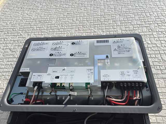 朝倉郡のA様邸にてオムロンの蓄電池設置しました。パワコン施工中です。