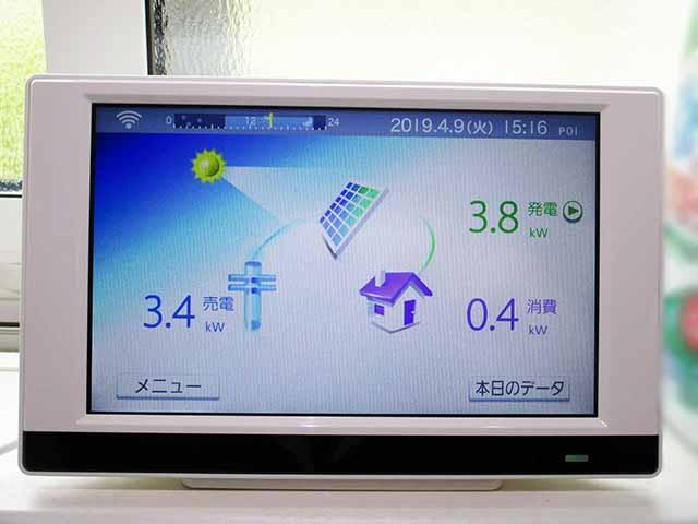 糟屋郡宇美町のI様邸にて太陽光発電の工事しました。カラーモニターの写真です。