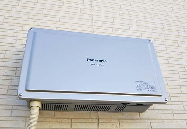 弥富市のS様邸でパナソニックの太陽光発電設置工事しました。屋外パワコン。