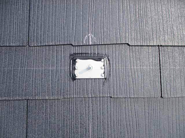 糟屋郡宇美町のI様邸にて太陽光発電の工事しました。支持部の防水処理しています。