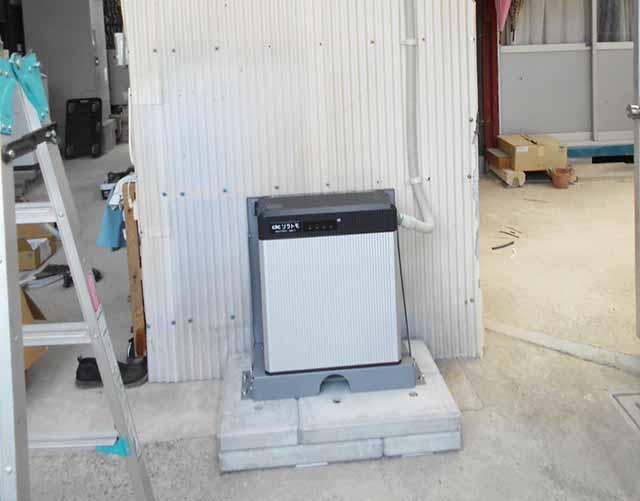 飯塚市の高良様邸にて長州産業のフレキシブル蓄電システムの設置工事しました。蓄電池ユニットの設置です。