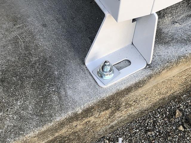古賀市のN様邸にてスマートスターL蓄電システムを設置工事しました。蓄電ユニットの脚を固定しています。