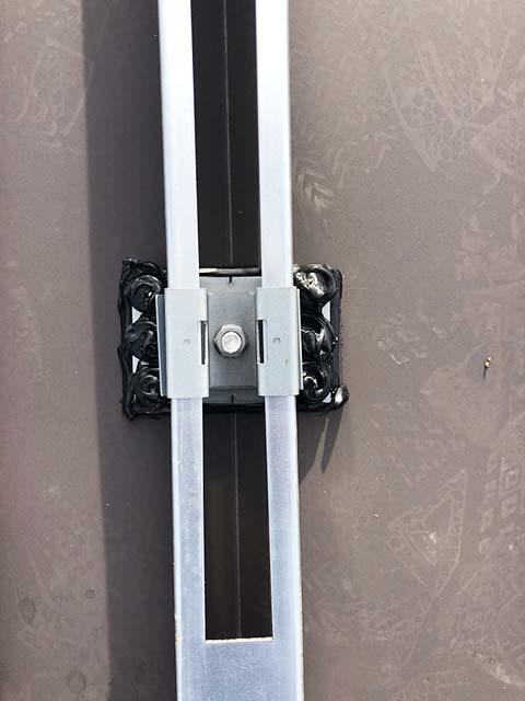 西都市の金丸様邸にて長州産業Gシリーズの太陽光発電システムの工事しました。支持部と架台の固定。