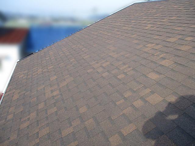 宗像市のA様邸にて長州産業の太陽光発電システム(プレミアムブルータイプ)の設置工事をしました。施工前のアスファルトシングル切妻屋根。