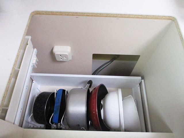 福岡県宗像市のA様邸にてオール電化工事をさせていただきました。コンロをはずします。