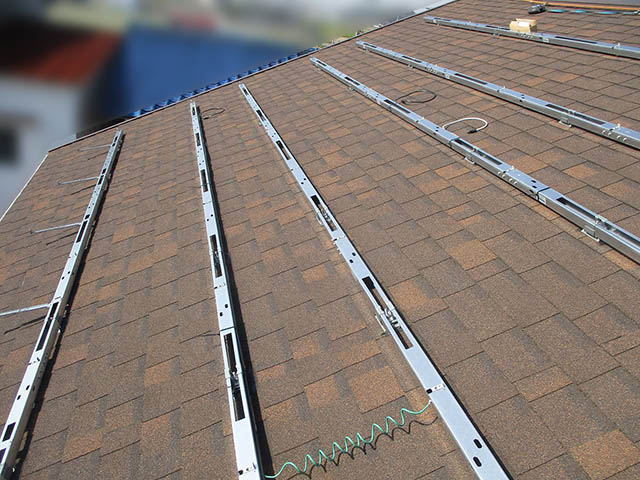 宗像市のA様邸にて長州産業の太陽光発電システム(プレミアムブルータイプ)の設置工事をしました。架台設置と配線します。
