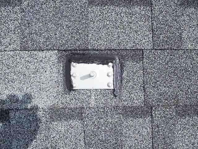 福岡県久留米市のT様邸にて長州産業の太陽光発電システムの設置工事をしました。アンカー金具の設置と防水処理します。