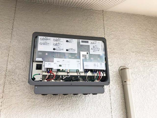 福岡県大野城市のS様邸にて長州産業の蓄電システムの設置工事ました。パワコン設置中です。