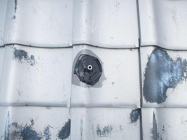 佐賀県唐津市のT様邸にて長州産業の太陽光発電システム設置工事しました。アンカーの防水処理作業。