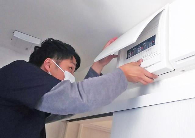 太陽光発電システムにかかわる分電盤の電圧チェック