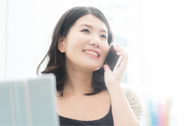 画像:電話をかける女性