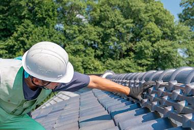 画像:屋根を確認する職人